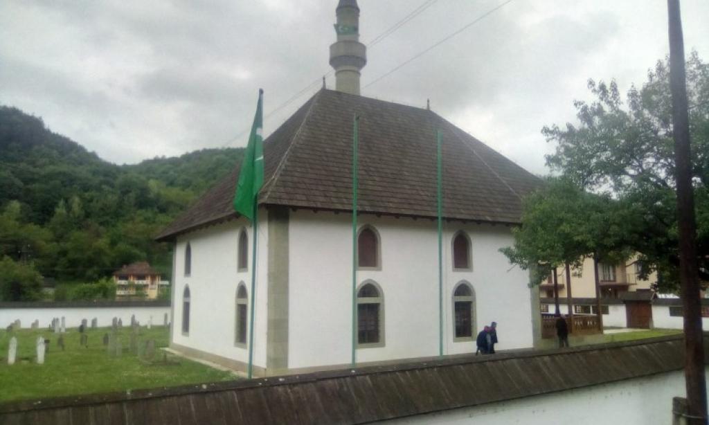 Incident - Potrgane zastave ispred džamije u Novoj Kasabi