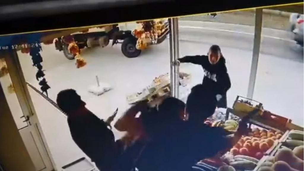 KRVNIČKI NAPAD ZABILJEŽEN KAMEROM! Grupa huligana kod Mostara pretukla prodavača zbog Veležove majice