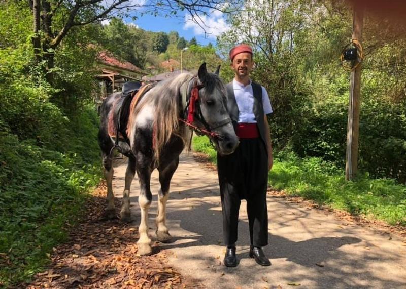 Idriz Halilović svakog petka na džumu u Srebrenicu ide na konju i u narodnoj nošnji