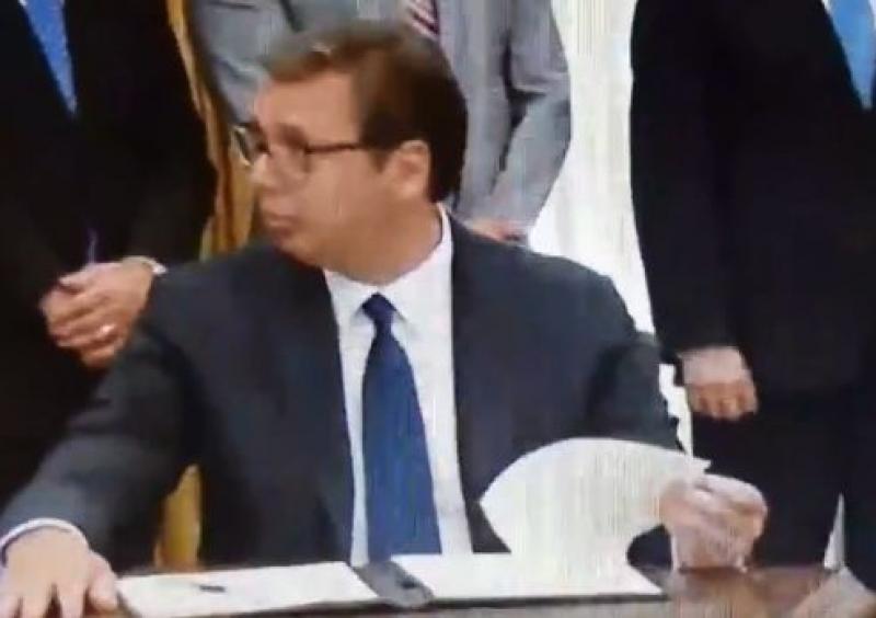 Pogledajte Vučićevu reakciju, da li je znao šta potpisuje?