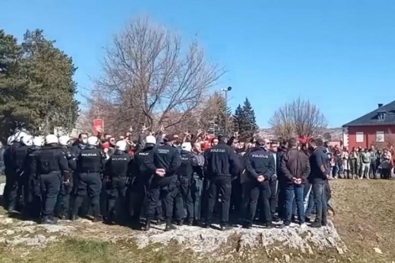 "Haos na Cetinju: Krivokapiću i ministrima demonstranti vikali ""izdajice"", ""posrbice"", ""četnici""..."